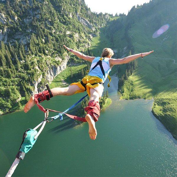 Hombre saltando en Bengee para salir zona de confort