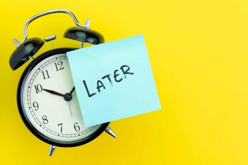 Reloj indica posponer tareas, ir tarde, procrastinar